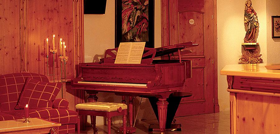 Austria_Soll_Sporthotel-Modlinger_Lounge-area-piano.jpg